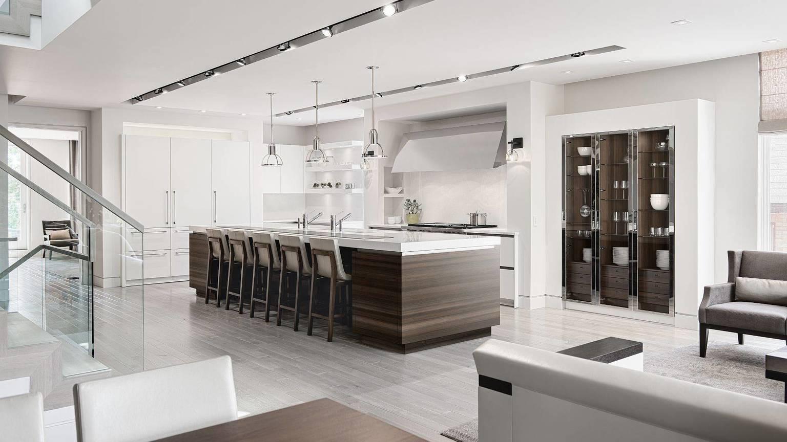 Vue sur la SieMatic Classic SE S2, cuisine classique contemporaine en blanc lotus avec un ilot central généreux et un bar en bois de chêne fumé foncé.