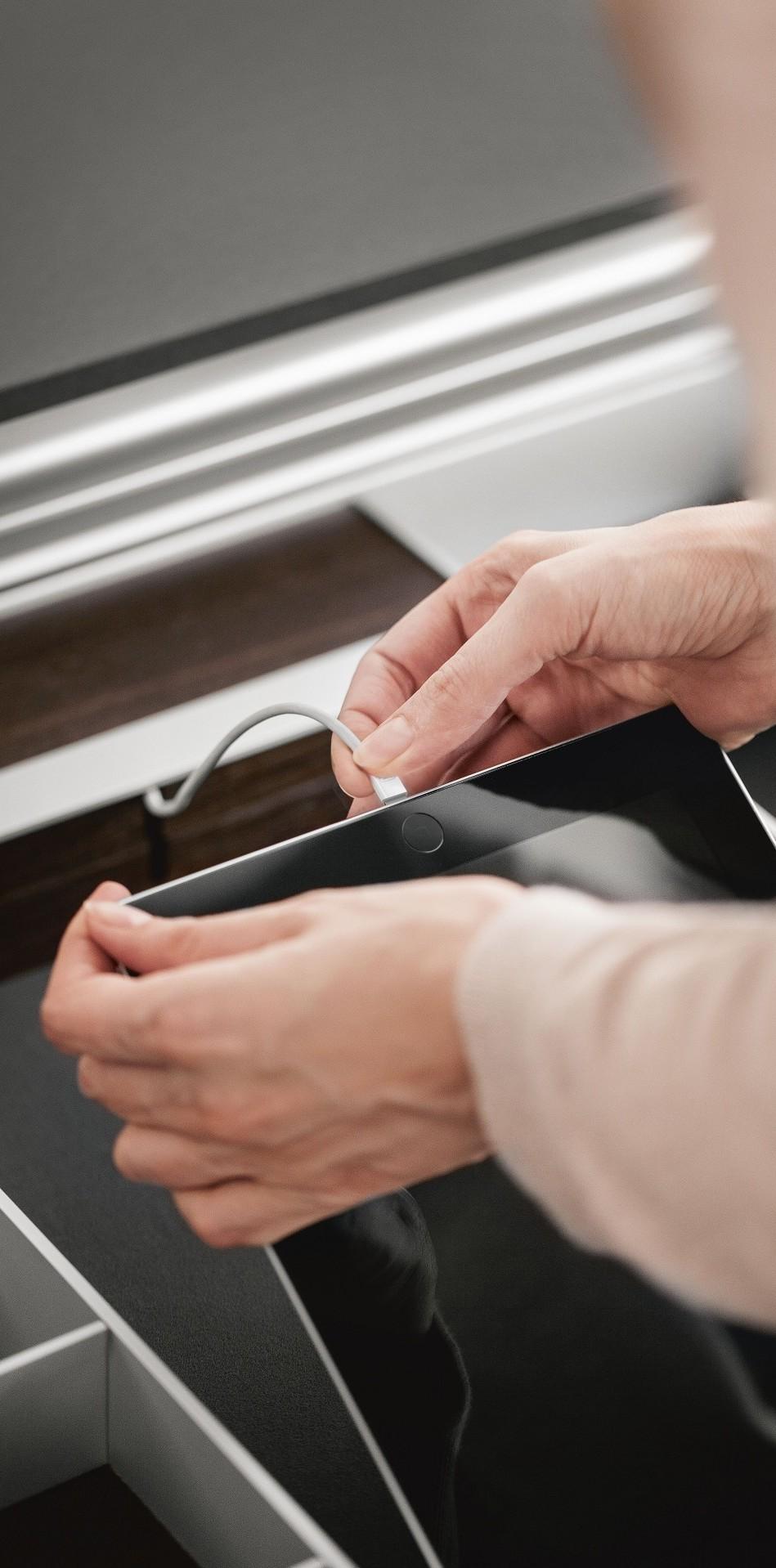 Usb-laadstation uit het SieMatic aluminium opbergsysteem in schuiflade voor het opladen van iPad en iPhone.
