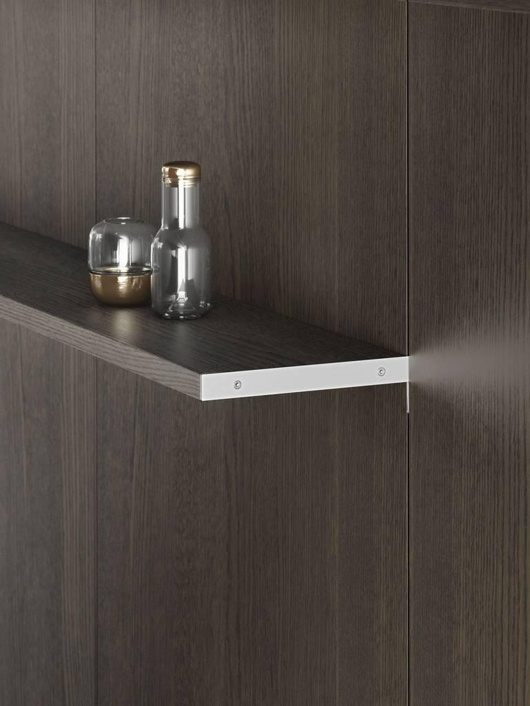 Los estantes chapados del sistema de paneles SieMatic FloatingSpaces ofrecen más superficie de apoyo en la cocina.