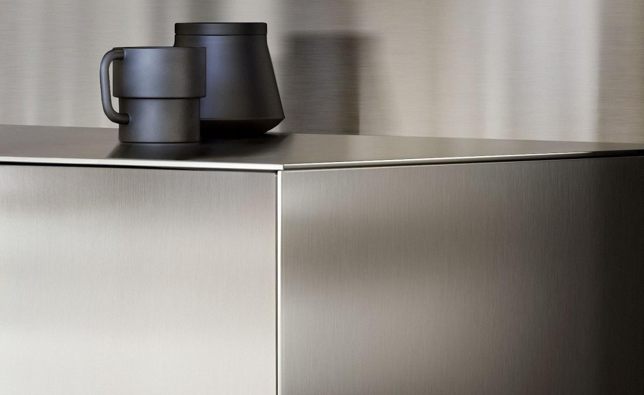 k chendesign das die qualit t der materialien betont. Black Bedroom Furniture Sets. Home Design Ideas