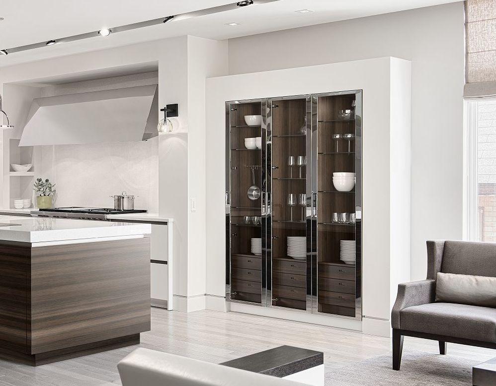 Vitrines de cuisine SieMatic Classic SE S2 avec portes vitrées et encadrement en nickel poli.