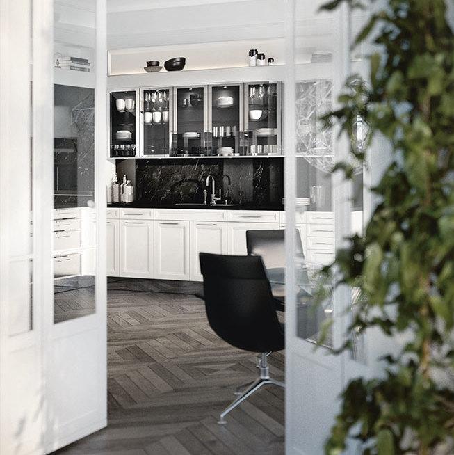 SieMatic Classic BeauxArts SE Unterschränke in lotusweiß glänzend mit Nischen-Verkleidung in schwarzem Marmor.