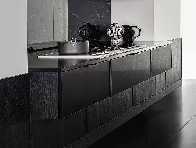 Zona de cocción SieMatic Pure SE 3003 R, de metal cepillado y laterales en roble negro mate.