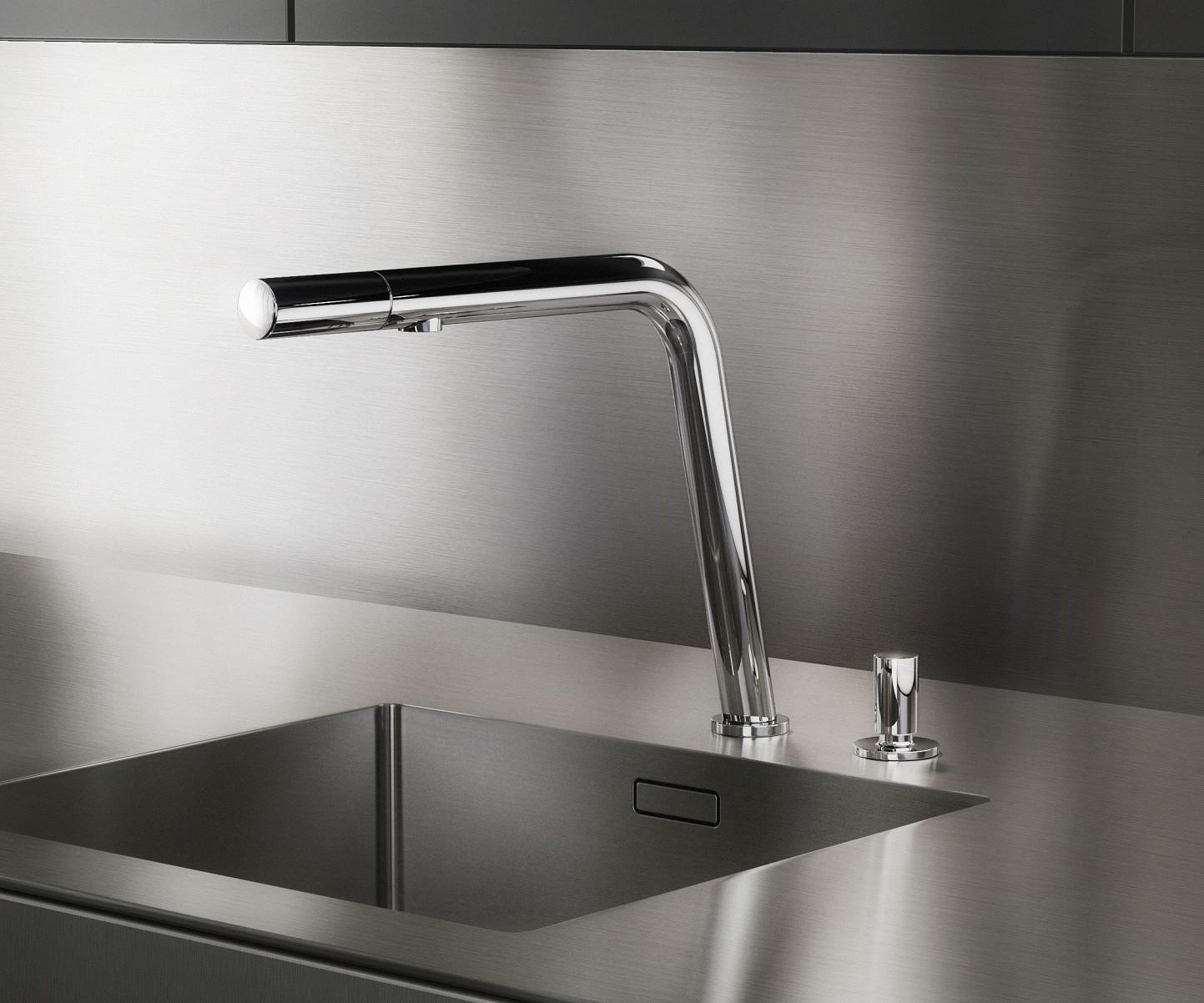 Placard bas en inox d'une cuisine de luxe SieMatic Pure SE incluant un robinet exclusif avec contrôle intelligent de la tête.