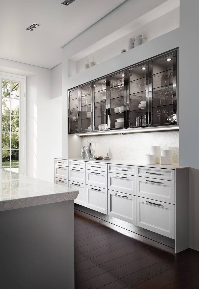 SieMatic Classic BeauxArts S2 in lotusweiß mit Vitrinenschränken in nickel-poliert.