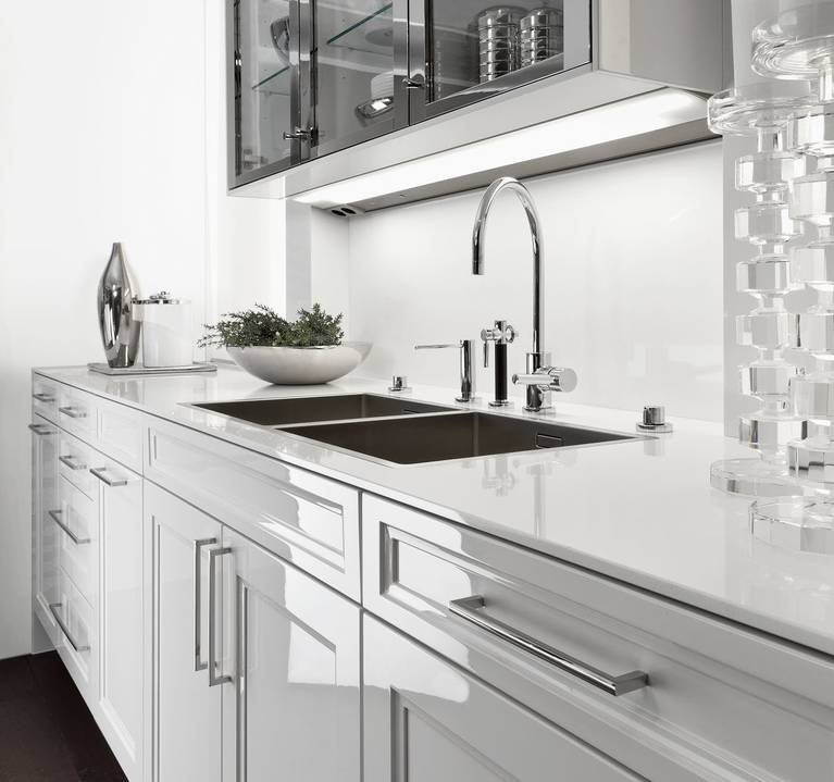 SieMatic Classic BeauxArts S2 basi in bianco e pensili a vetrina in versione nickel lucido.