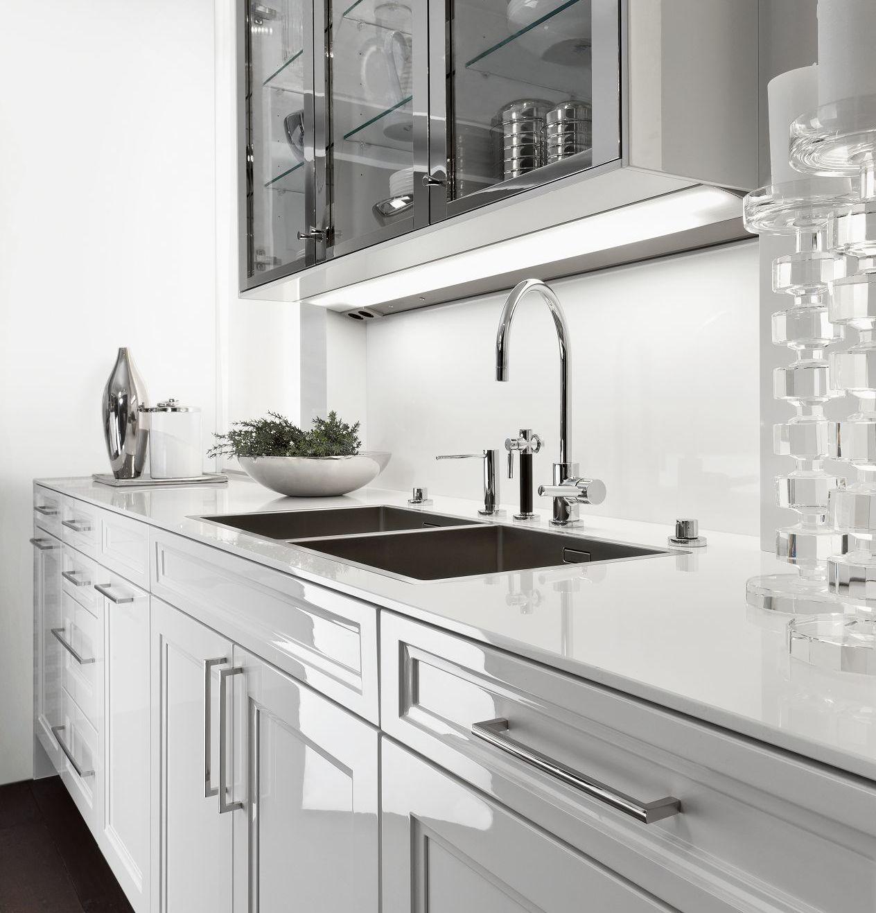 SieMatic Classic BeauxArts S2 Unterschränke in weiß und Oberschrankvitrinen in glänzender Nickel-Ausführung.