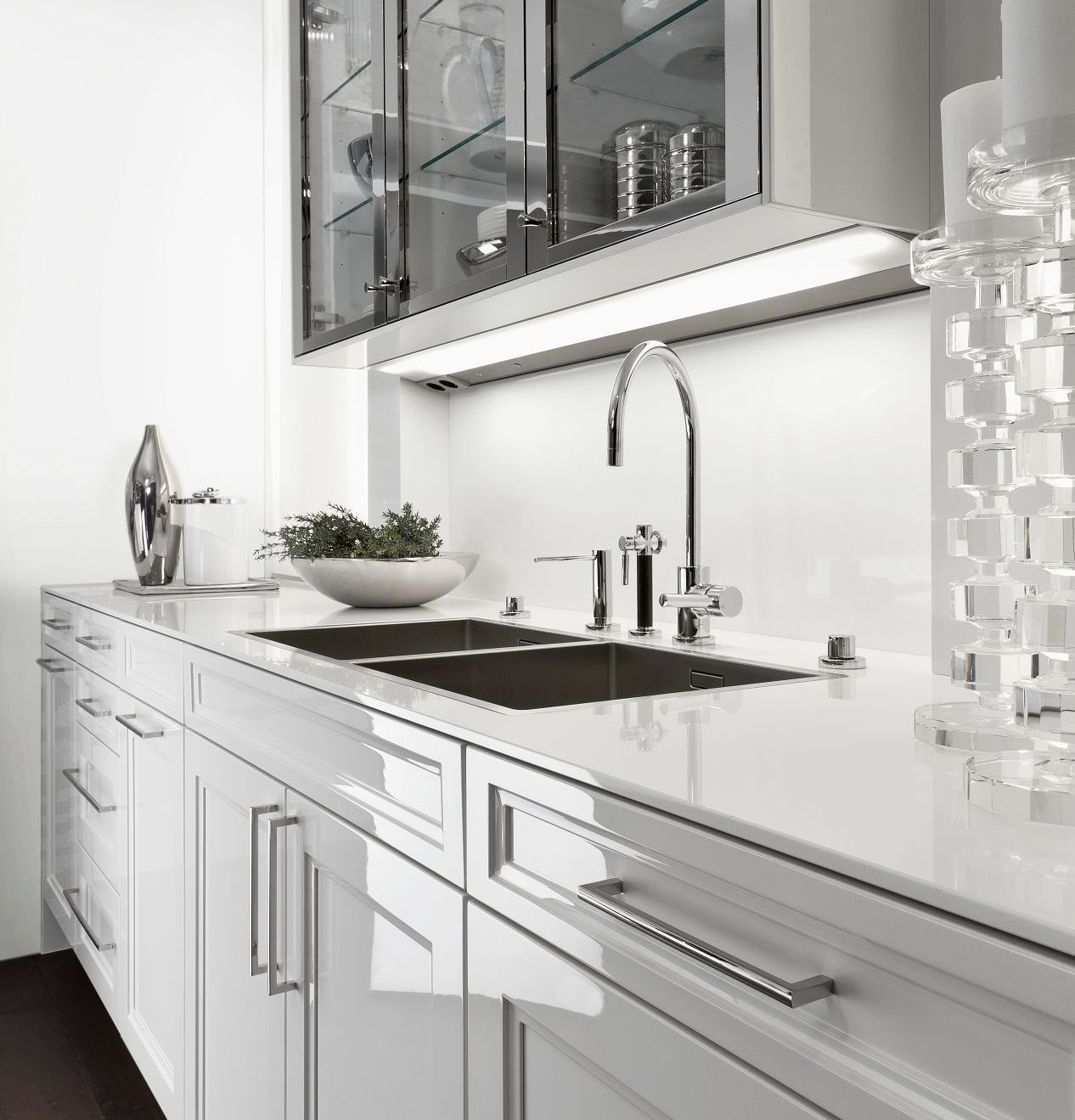 SieMatic Classic BeauxArts S2 base cabinets in white and wall cabinets in nickel gloss finish
