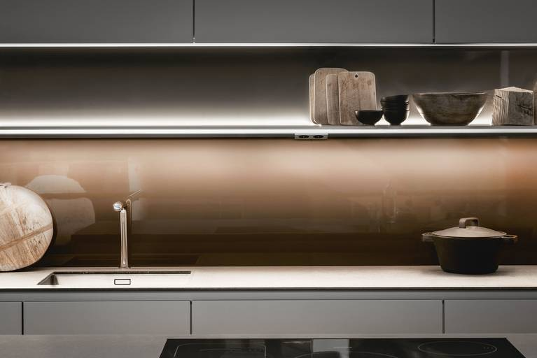 The SieMatic lighting rail offers, in addition to ideal task lighting, colorful mood lighting for the kitchen.
