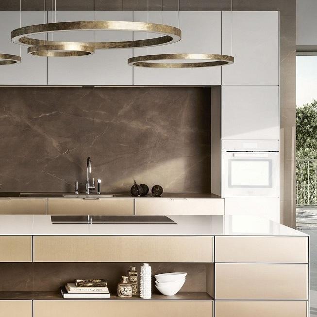 Zicht op de SieMatic Pure SE 3003 R in lotuswit en goldbronce met keukeneiland.