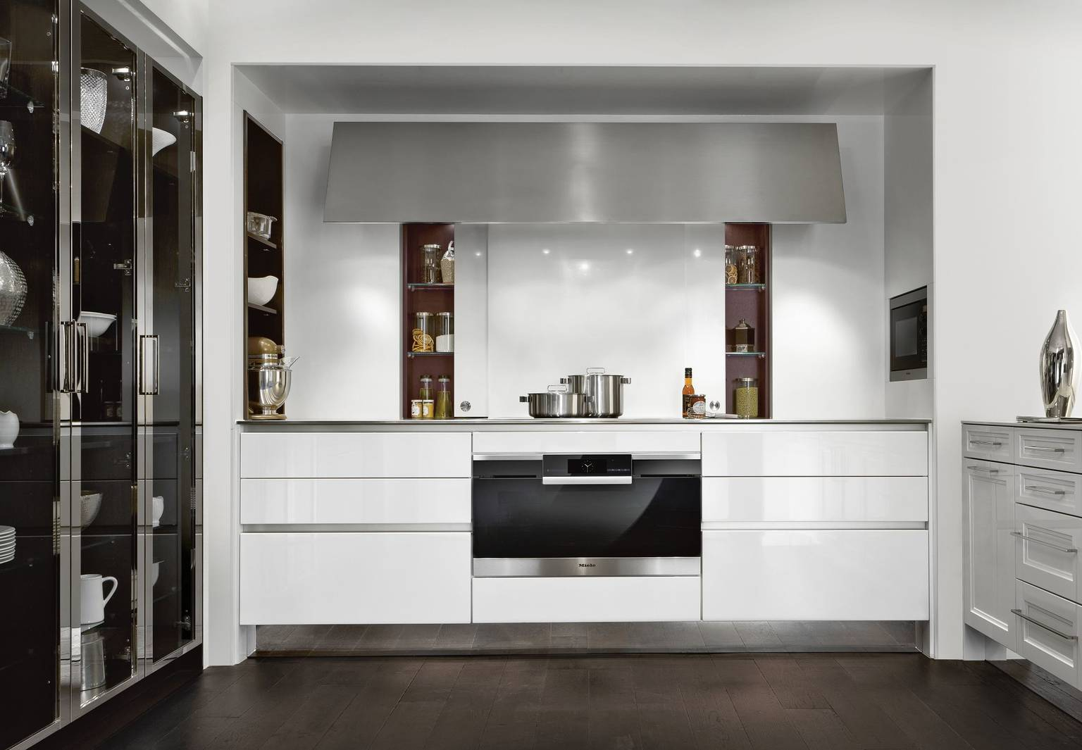 SieMatic Classic BeauxArts S2 kitchen in lotus white with impressive StoneDesign sliding doors in the niche behind the stovetop
