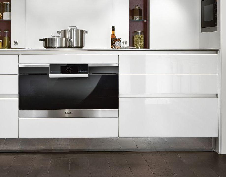 Meuble bas de la cuisine haut de gamme SieMatic S2 issu de l'univers de style Pure avec les façades laquées exclusives en blanc lotus brillant.