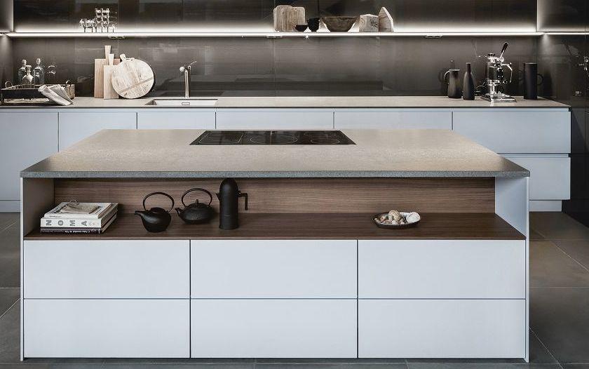 SieMatic Pure S2 SE Küchen-Insel in grau mit integriertem Downdraft-Dunstabzug.