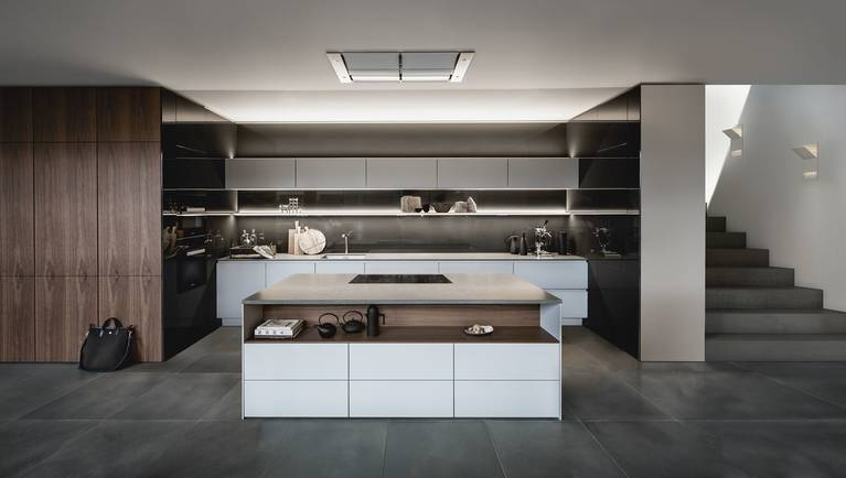 SieMatic Pure S2 SE con isla de cocina en gris, con extractor downdraft integrado.
