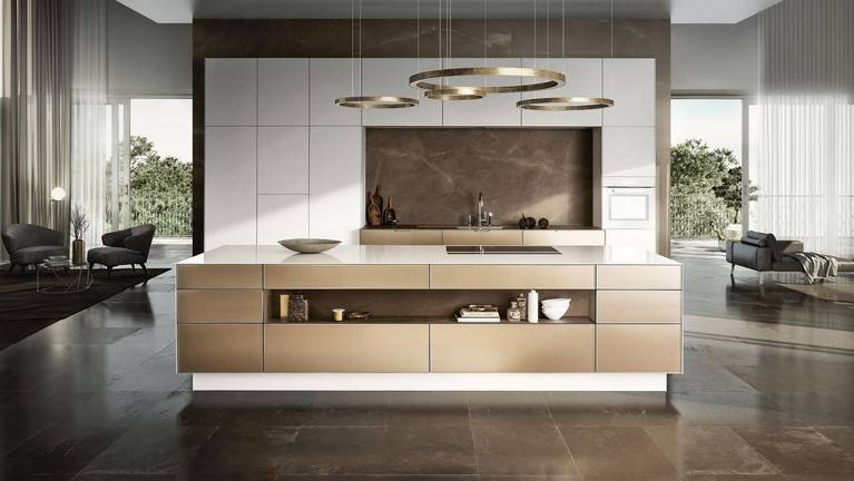 Aperçu de la SieMatic Pure SE 3003 R, cuisine de luxe contemporaine en blanc lotus et or bronze avec ilot central.