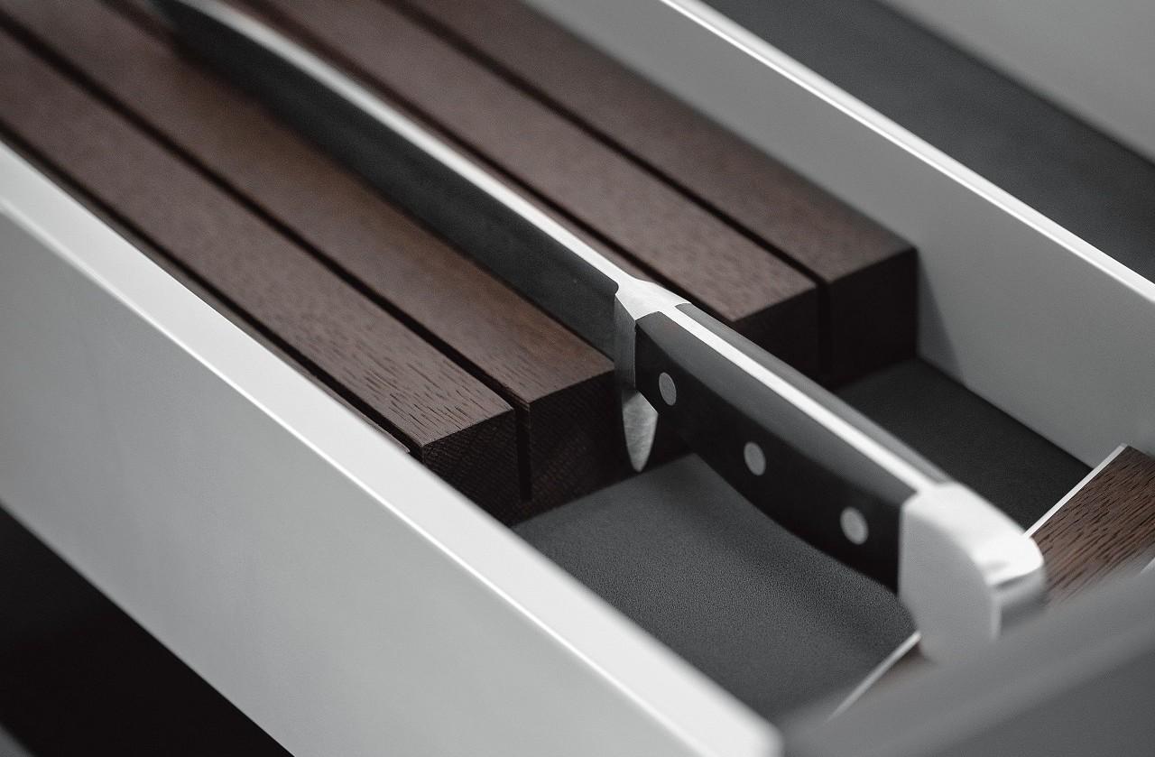 Le porte-couteaux du système de rangement intérieur de cuisine en aluminium SieMatic protège élégamment les couteaux de haute qualité.