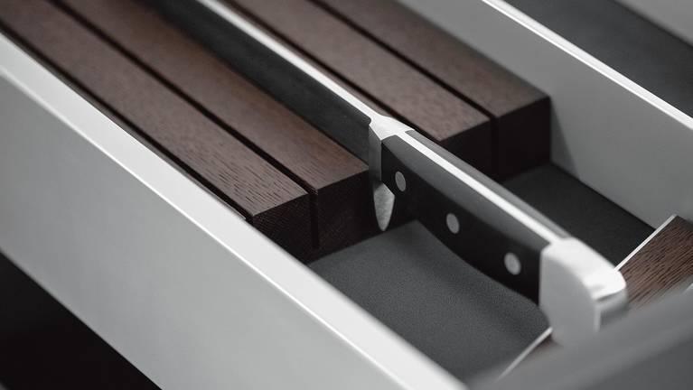 Der Messerhalter der SieMatic Aluminium-Küchenausstattung schützt elegant hochwertige Messer.