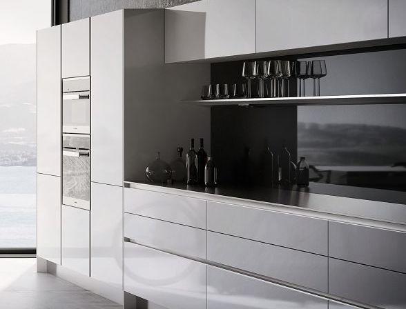 Meubles supérieurs, hauts et bas d'une cuisine SieMatic Pure S2 en blanc brillant avec poignées encastrées horizontales et verticales SieMatic.