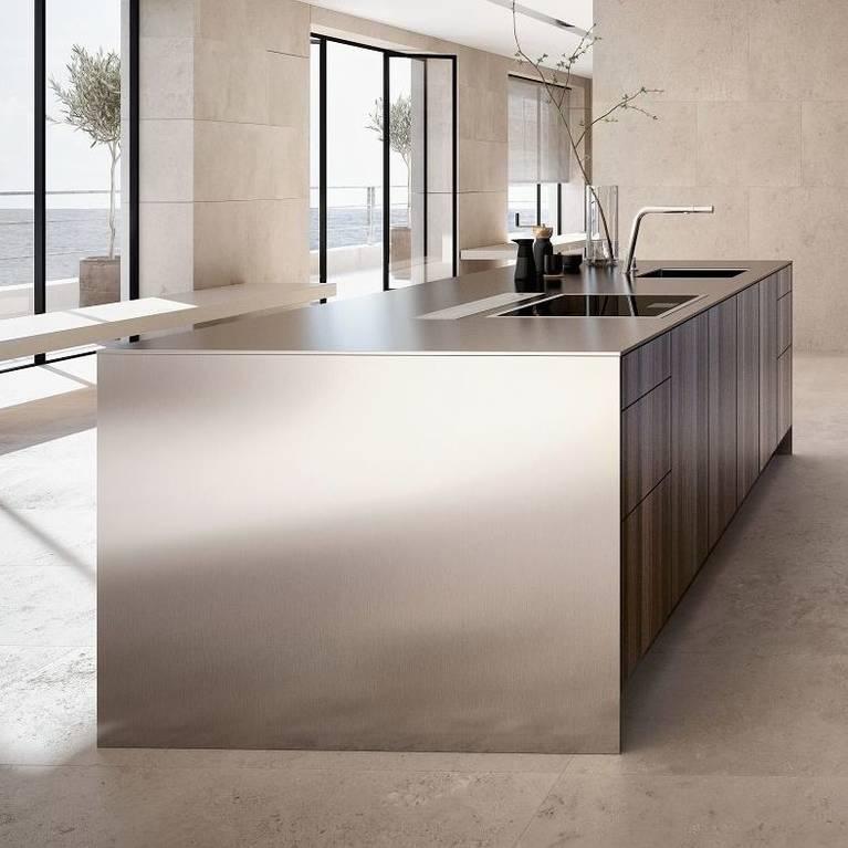 SieMatic Pure SE Küchen-Insel aus Eichenholz raucheiche mit Arbeitsplatte und Seitenwangen in 1 cm-Optik aus Edelstahl.