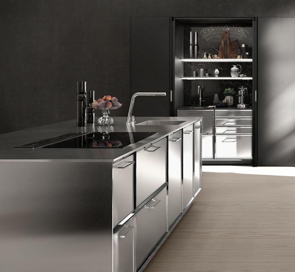 SieMatic Classic BeauxArts SE con isla de cocina con frentes de marco facetados y acero inoxidable en generosas cantidades.