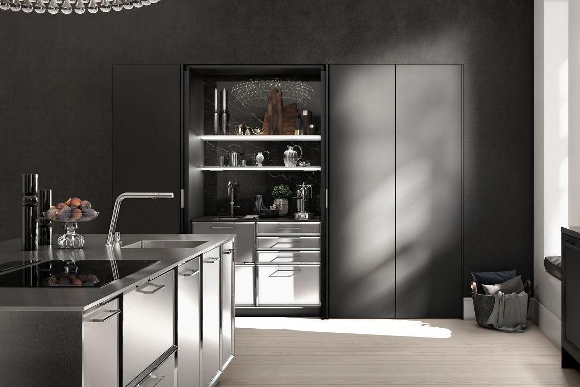 SieMatic Classic BeauxArts SE Küchen Insel Mit Facettierten Rahmenfronten  Und Großflächig Eingesetztem Edelstahl.