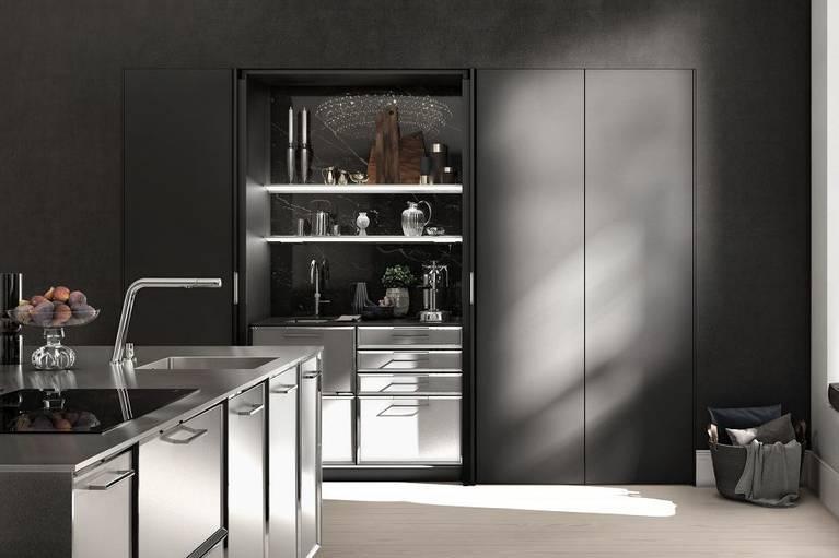 SieMatic Classic BeauxArts SE Küchen-Insel mit facettierten Rahmenfronten und großflächig eingesetztem Edelstahl.