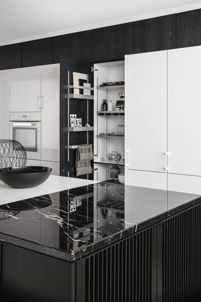 Sistema de equipamiento interior MultiMatic, altamente flexible, para armario columna SieMatic Urban SE en roble grafito.