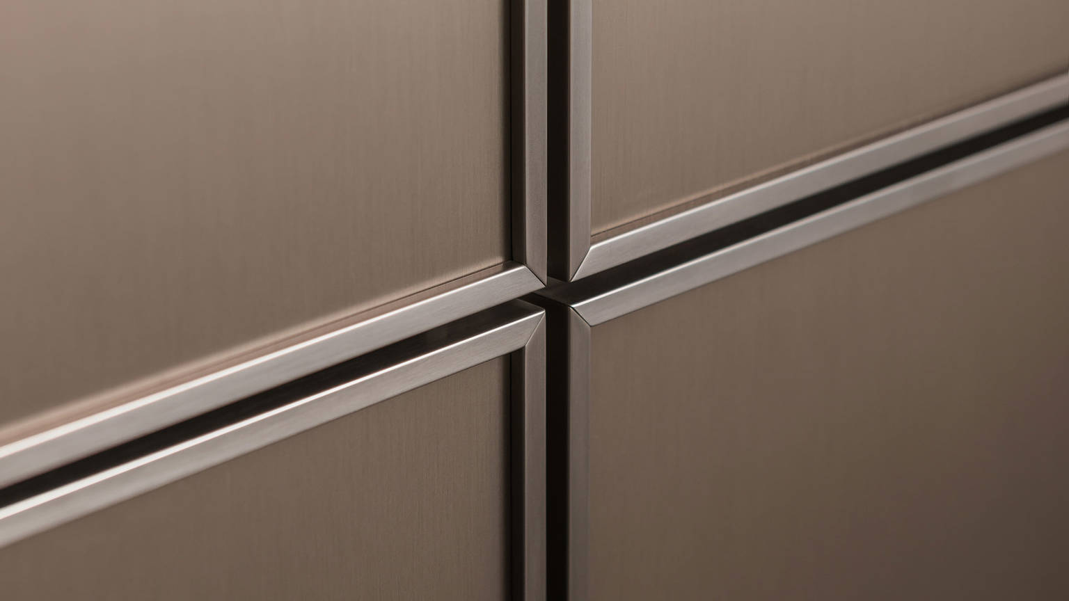 SieMatic Pure SE 3003 R kitchen with 6.5 mm narrow door front edging in gently shimmering gold bronze