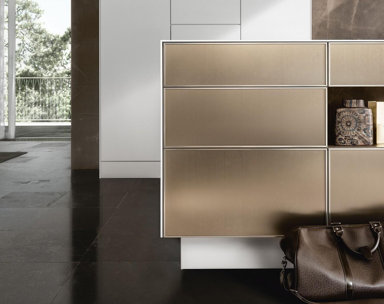 Ilot central de cuisine de luxe SieMatic SE 3003 R avec surfaces en or bronze ainsi que plan de travail et façades latérales en 6,5mm optique.