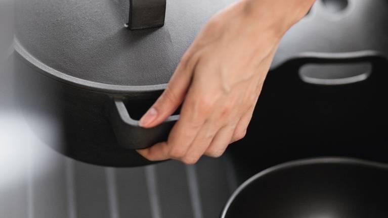 Das GripDeck in Schubkästen und Auszügen verhindert das Verrutschen schwerer Töpfe und Gegenstände in der Küche.