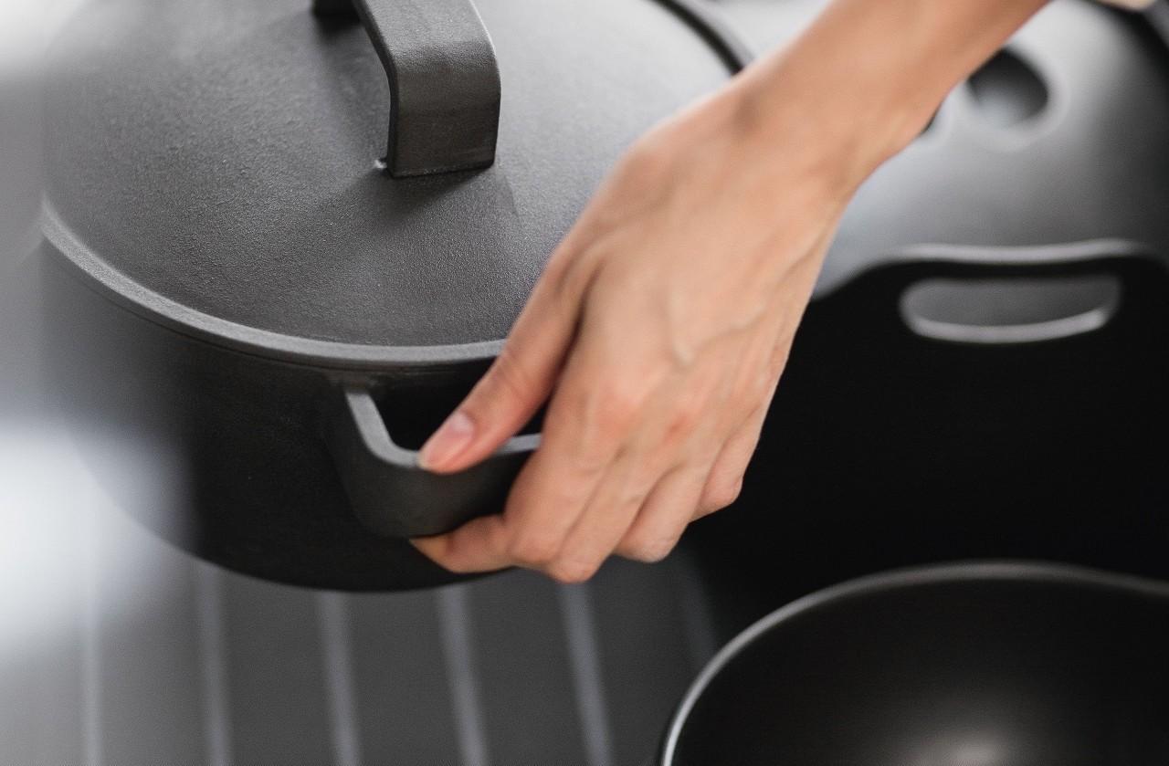 Il GripDeck nei cassetti ed estraibili impedisce lo spostamento di pentole e oggetti pesanti in cucina.