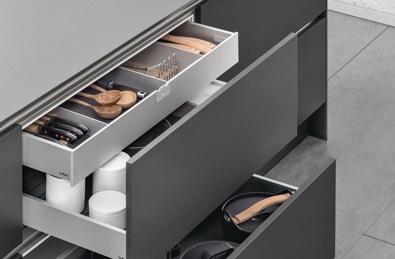 Avec son deuxième niveau, le double tiroir SieMatic offre encore plus de variabilité dans l'aménagement intérieur de la cuisine.