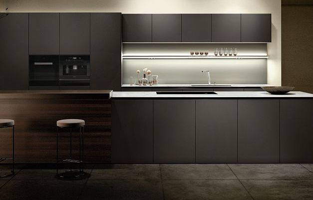SieMatic Pure SE S2 kitchen with velvet matte lacquer finishes with AntiPrint coating in a brown hue from the SieMatic Individual ColorSystem