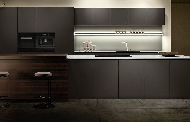 SieMatic Pure S2 SE, cuisine à vivre avec surfaces en laque mate velours dans une nuance de marron issue du SieMatic Individual ColorSystem avec revêtement AntiPrint.