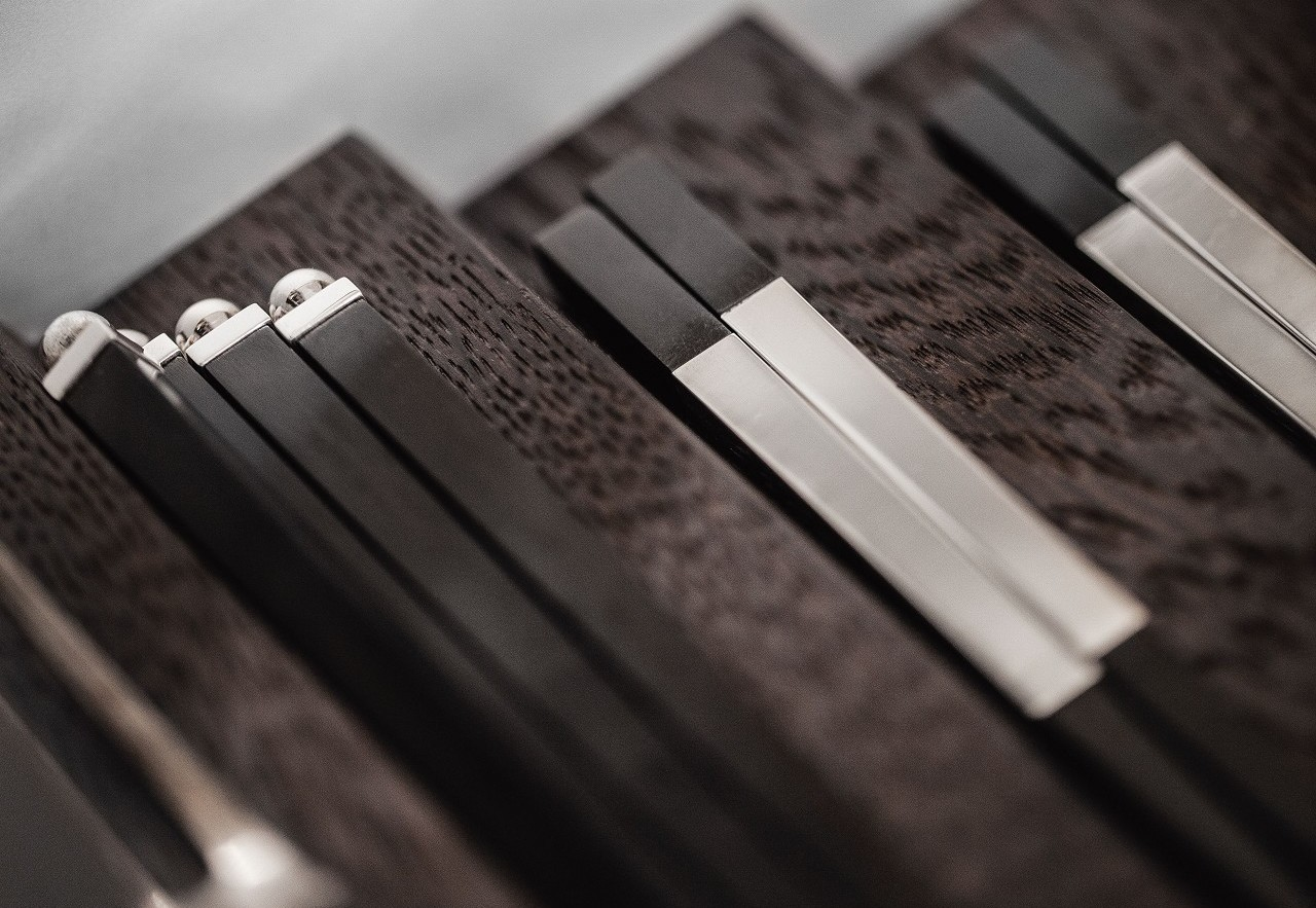 Nel fondo ondulato dell'attrezzatura di SieMatic i piccoli oggetti sono ben riposti.