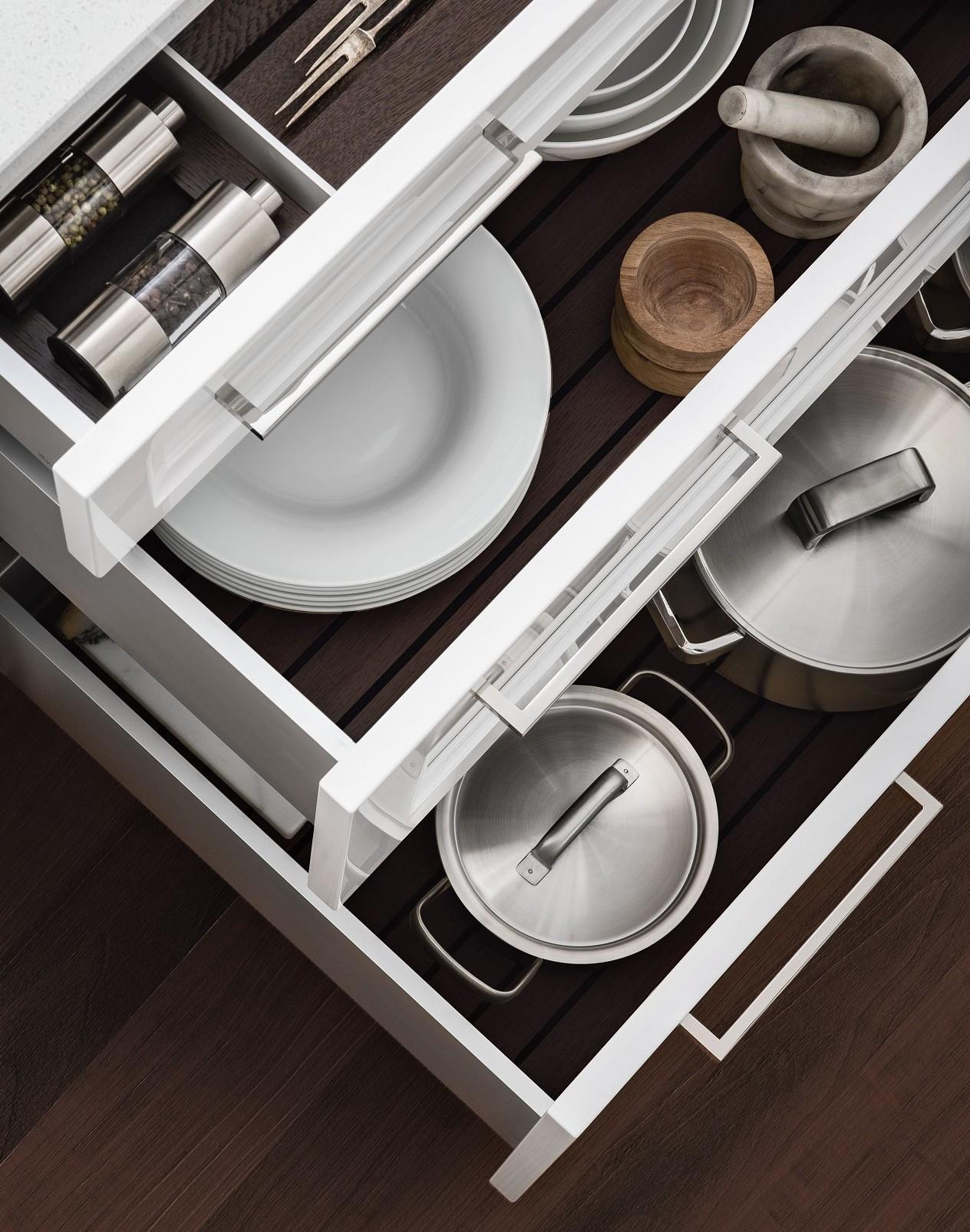 SieMatic Classic BeauxArts S2 in bianco loto e nickel con cassetto incl. attrezzatura interna in alluminio.