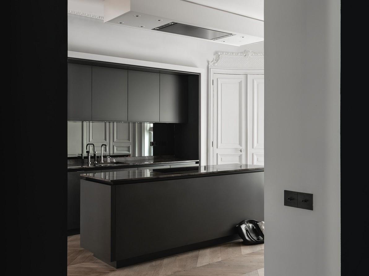 SieMatic Pure S2 luxe keukeneiland in grafietgrijze matte lak op klassiek visgraatparket van eikenhout.