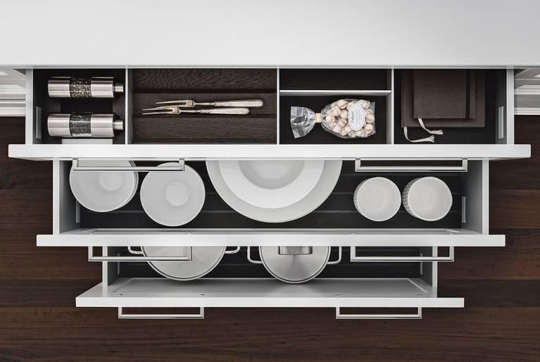 SieMatic Classic BeauxArts S2 con cassetti incl. attrezzatura interna in alluminio in nobile castagno fumé.