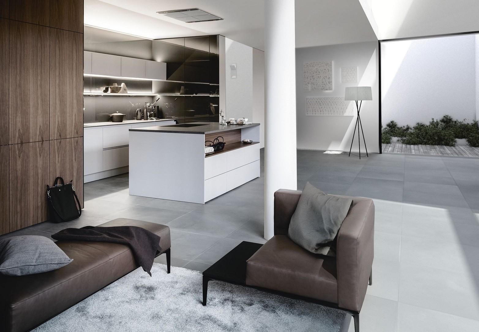 De SieMatic Pure S2 SE hoge kasten in nobel notenfineer verbinden het kook- met het woongedeelte in de woonkeuken.