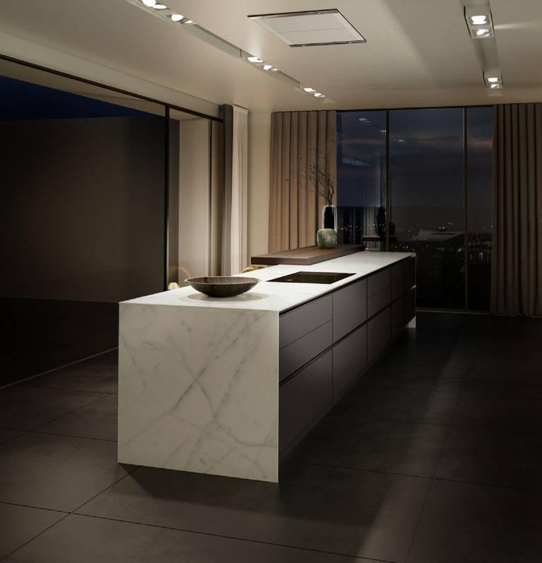 Una generosa isla de cocina SieMatic Pure S2 SE, con encimera y laterales de mármol de óptica de 1 cm.