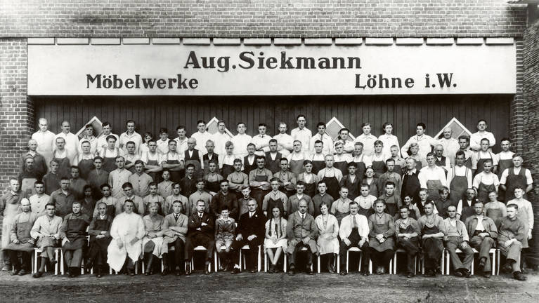 SieMatic family: Photo of the first employees of August Siekmann Möbelwerke in 1929