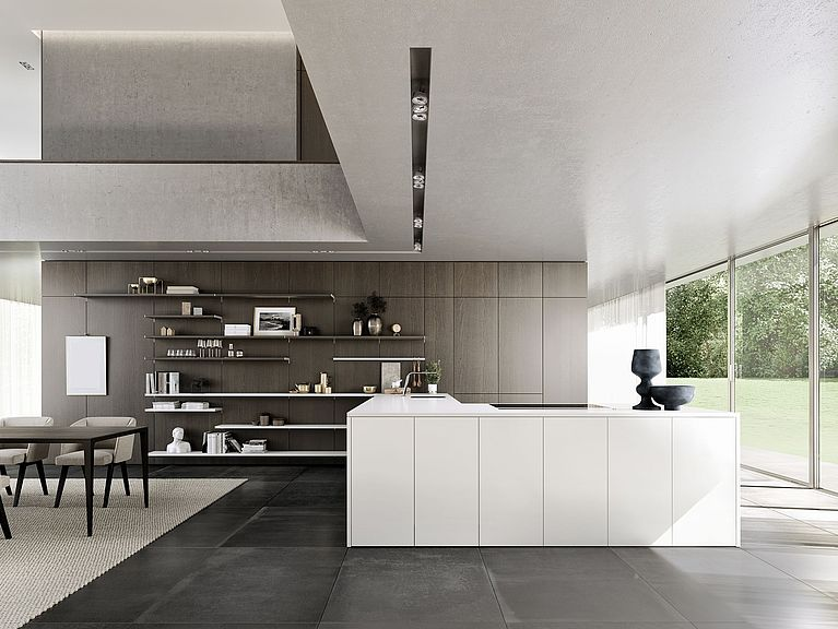 Guarda la SieMatic Pure SE in bianco loto con sistema a pannelli SieMatic FloatingSpaces.
