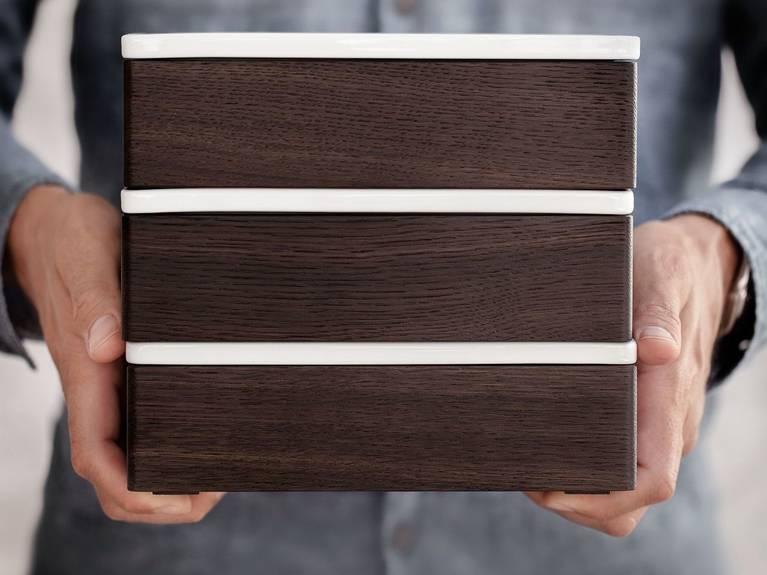 I coperchi in porcellana delle scatole in legno SieMatic sono scrivibili più volte a matita.