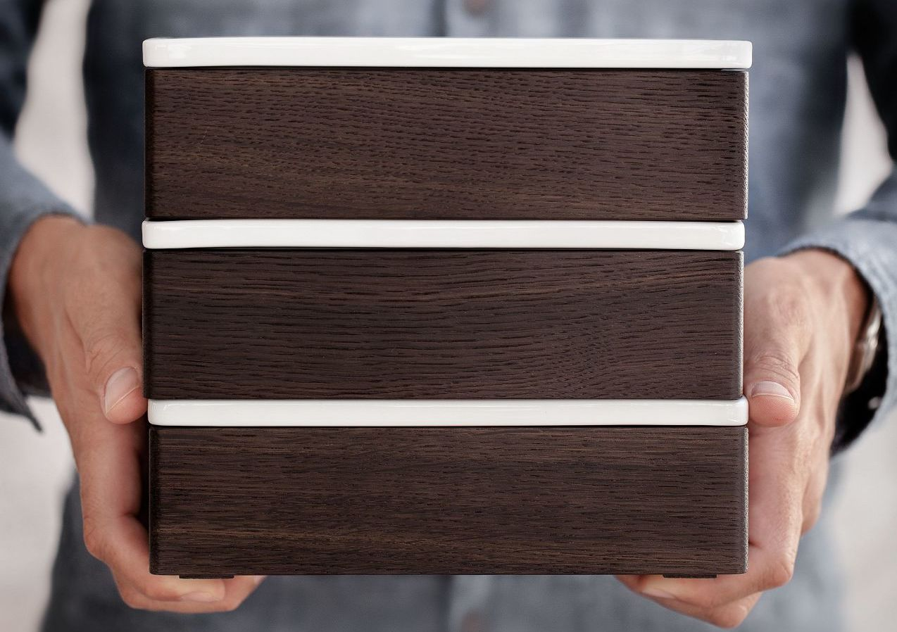 Die Porzellandeckel der SieMatic Holz-Boxen lassen sich mit Bleistift immer wieder neu beschriften.
