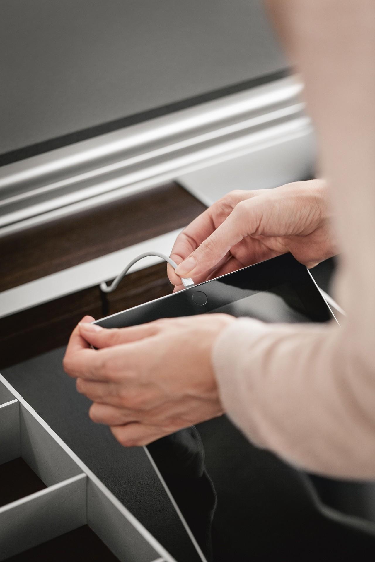 Station de charge USB du système d'aménagement aluminium SieMatic pour tiroir de cuisine pour charger iPhone et iPad.